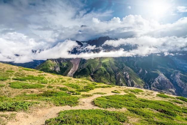 Bergen met wolken op annapurna-gebied