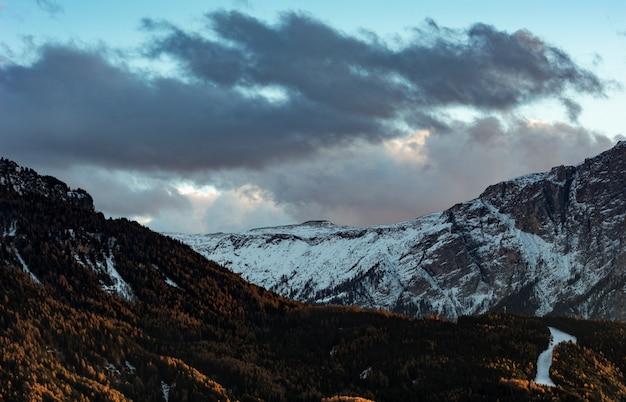 Bergen onder bewolkte hemel