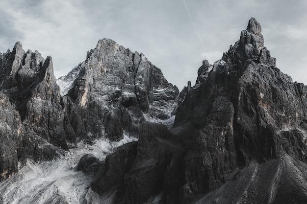 Bergen onder grijze hemel