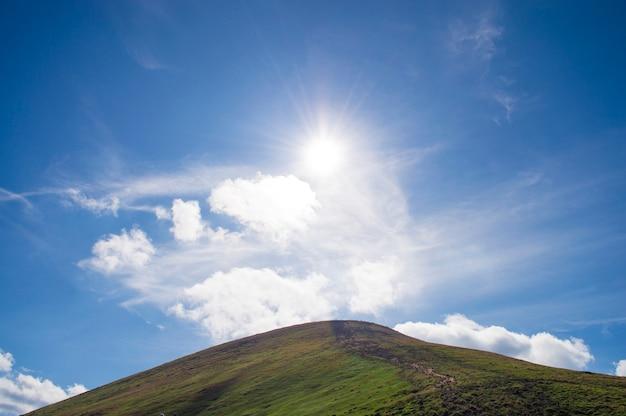 Bergen tegen de blauwe hemel