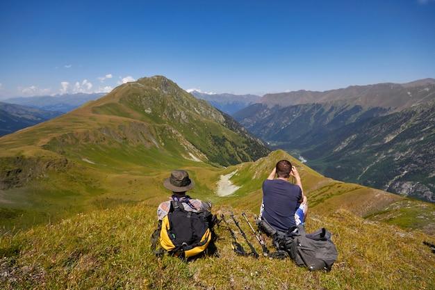 Bergen van de kaukasus variëren arkhyz, sofia meer, bergen beklimmen, wandelen en wandelen. fabelachtige bergen van de kaukasus in de zomer. grote watervallen en diepblauwe meren. buitenrecreatie