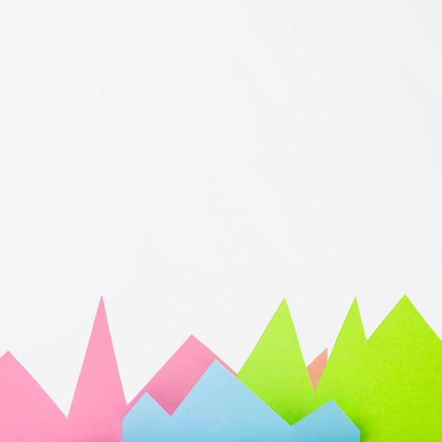 Bergen van papier op witte achtergrond