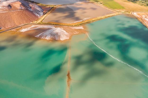 Bergen van producten voor de productie van kaliumzout en kunstmatige turquoise reservoirs. zoutbergen in de buurt van de stad soligorsk. productie van meststoffen voor het land. wit-rusland