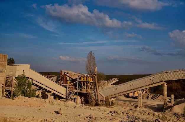 Bergen van zand bouwmaterialen werkmachine