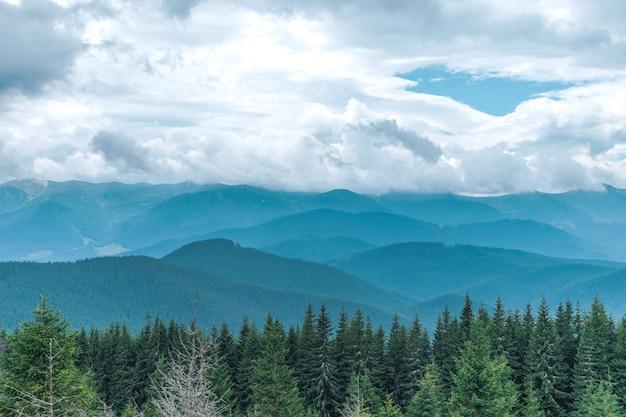 Bergenlandschap met blauwe hemel en wolken
