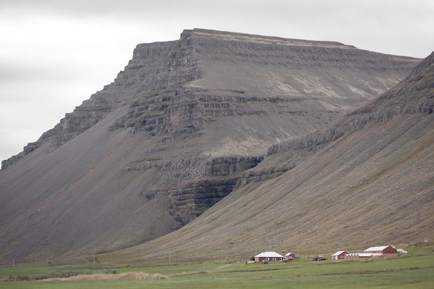 Bergenlandschap met ijslandse huizen