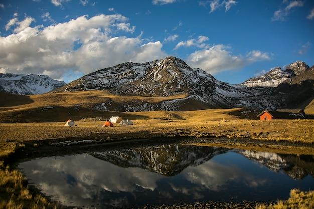 Bergenlandschappen en meer van cordillera real andes, bolivia