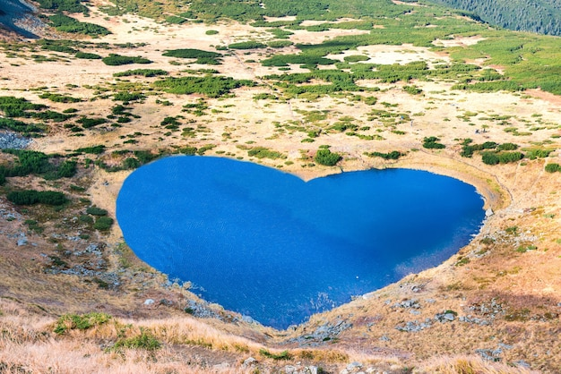 Bergenmeer met blauw water in een vorm van hart