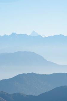 Bergenpieken in mist, blauwe schaduw van bergen, noord-sikkim, india