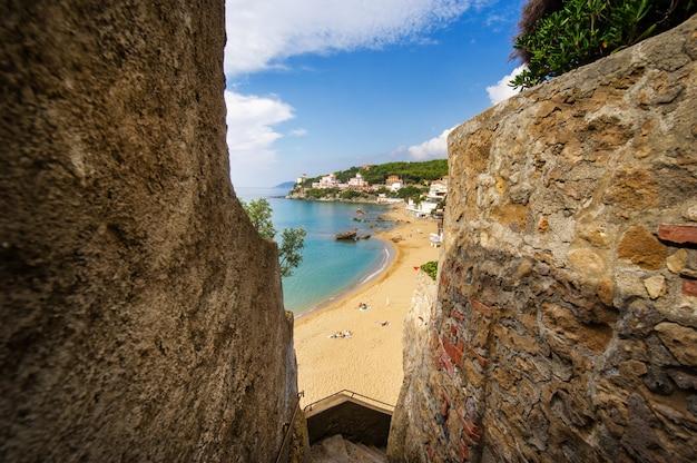Berghelling met uitzicht op de middellandse zee en het strand in castiglioncello