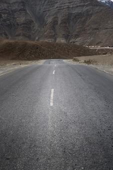 Bergheuvel met bewolkte dag in leh ladakh