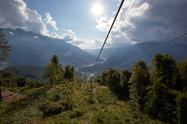 Bergkabelbaan die zich uitstrekt over een prachtig berglandschap in de vroege herfst.