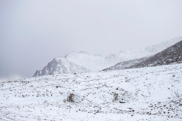Bergketen en sneeuw en bewolkt in ladakh regio staat jammu en kashmir, noordelijk deel van india