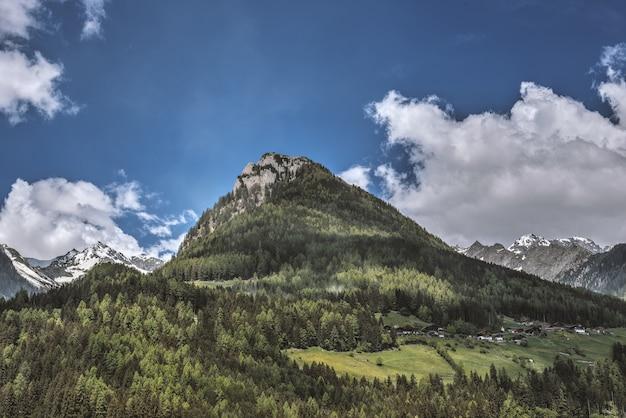 Bergketen met een blauwe hemel