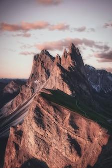 Bergketen onder beige hemel