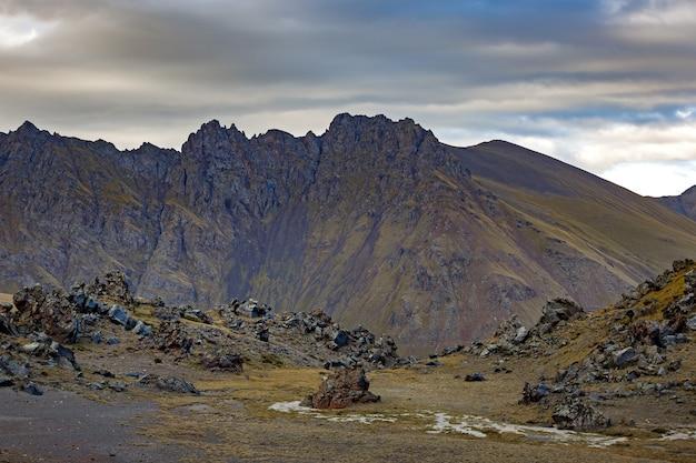 Bergketen op de achtergrond van de bewolkte hemel. noord kaukasus.