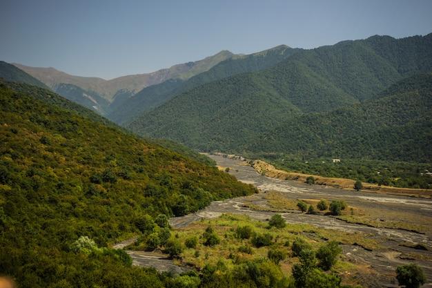 Bergketen van de kaukasus dicht bij kvareli