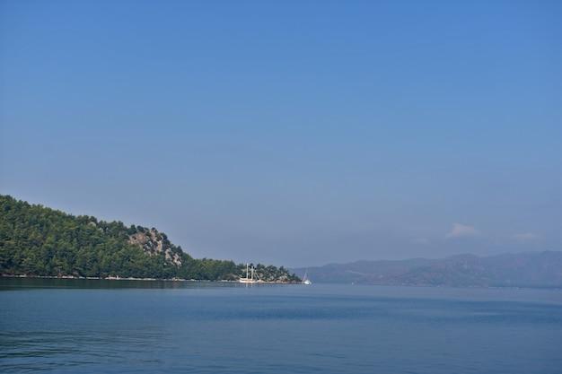 Berglandschap aan de egeïsche kust