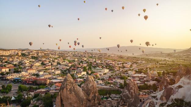Berglandschap. cappadocia, anatolië, turkije. vulkanische bergen in het nationale park van goreme.