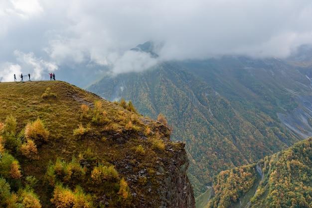 Berglandschap dichtbij gudauri van georgië-rusland vriendschapsmonument, georgië