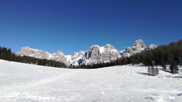 Berglandschap. dolomieten uitzicht vanaf calaita meer, italiaans panorama.