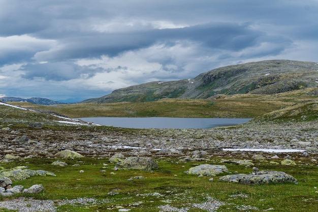Berglandschap langs de nationale toeristische route aurlandstjellet. flotane. west-noorwegen