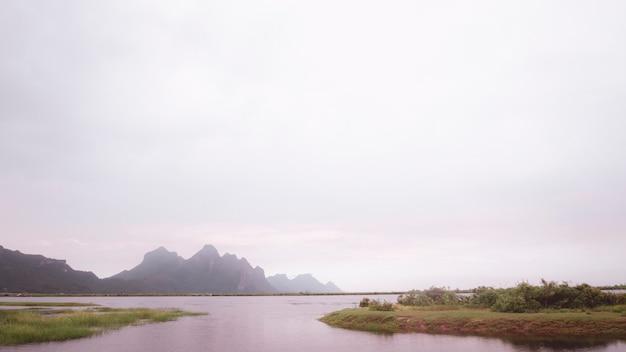 Berglandschap, meer en bergketen, groot panorama bij zonsondergang prachtige scenatic, prachubkeereekhan khao samroi yod thailand