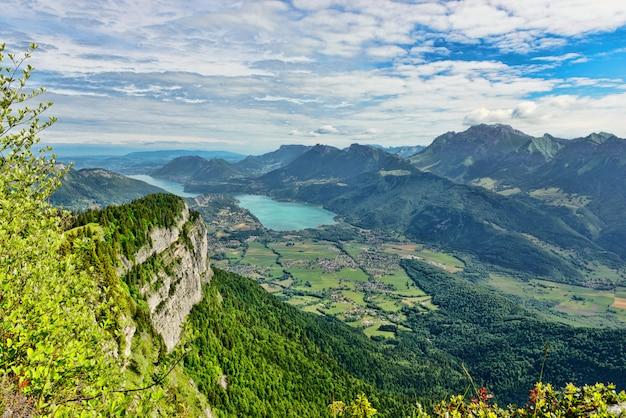 Berglandschap met meer in de franse alpen