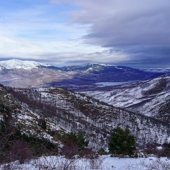 Berglandschap met sneeuw en regenboog aan de horizon. la morcuera.