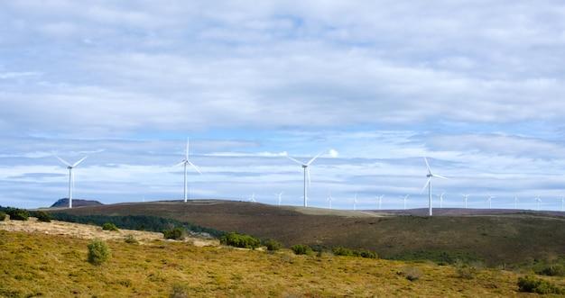Berglandschap met windturbines.