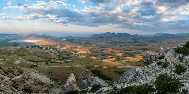 Berglandschap met wolken en prachtige vallei