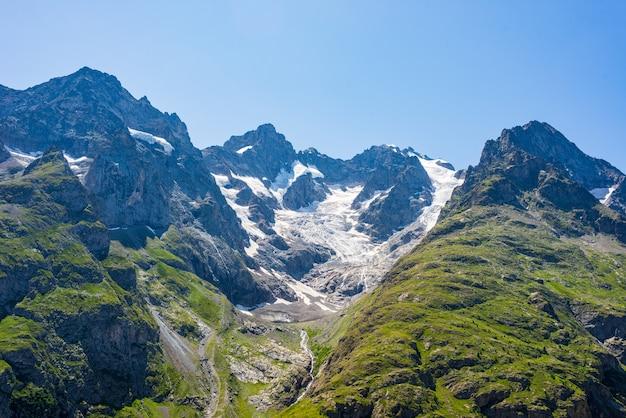 Berglandschap op de franse alpen, massif des ecrins. schilderachtige rotsachtige bergen op grote hoogte met gletsjer