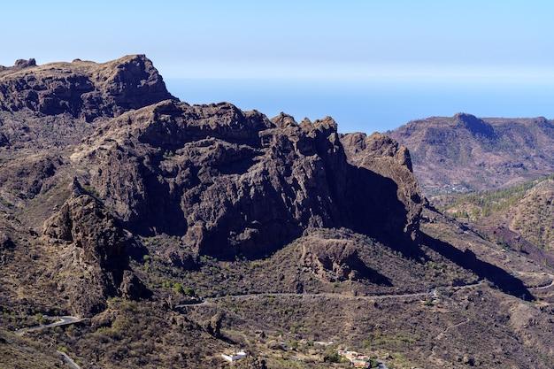 Berglandschap op gran canaria, woestijnlandschap van valleien en bergen die eindigen in de zee. spanje. europa.