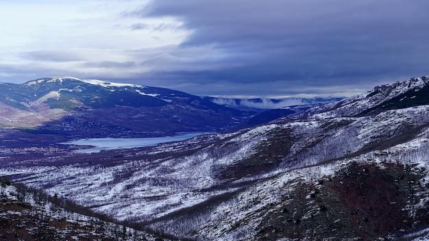 Berglandschap panoramisch met sneeuw en regenboog aan de horizon. la morcuera.