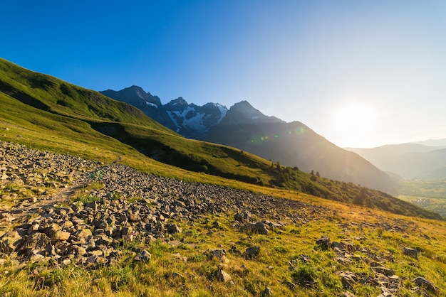 Berglandschap van de franse alpen, massif des ecrins. toneel alpien landschap op grote hoogte met gletsjer