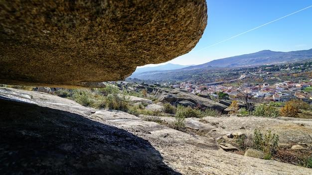 Berglandschap van grote granieten rotsen, hoge steenformaties met verschillende spectaculaire vormen. stad, valdemanco, madrid.
