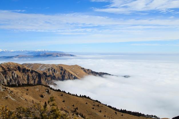 Berglandschap van italiaanse alpen. uitzicht vanaf