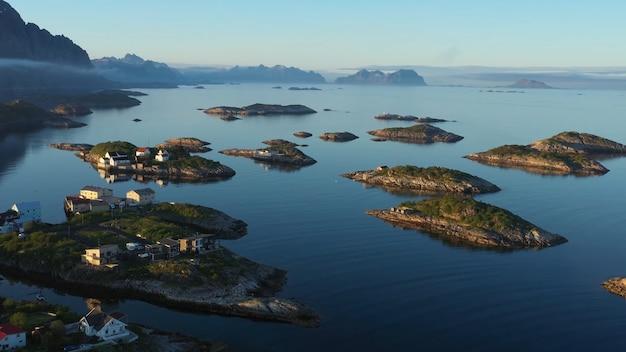 Berglandschap veel waterhuizen zijn op de eilanden scandinavië blauwe lucht