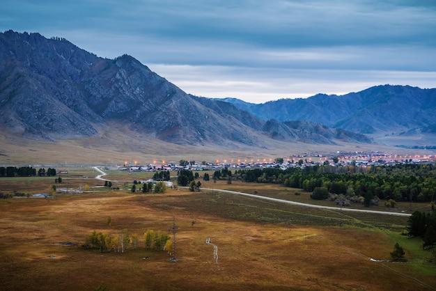 Berglandschap voor zonsopgang rusland altai ongudaysky district chuysky tract karakol village