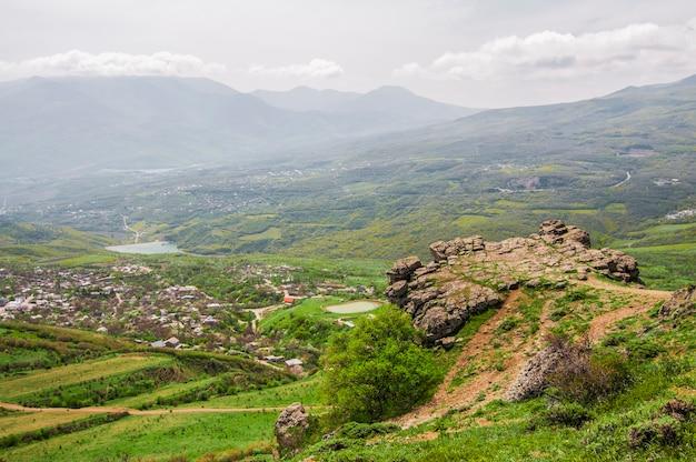 Berglandschap, weide met groen gazon
