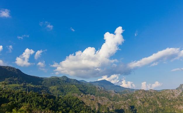 Berglandschap witte wolken en mooie blauwe hemel