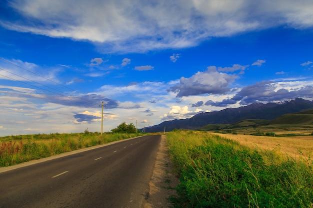 Berglandweg tussen groene heuvels