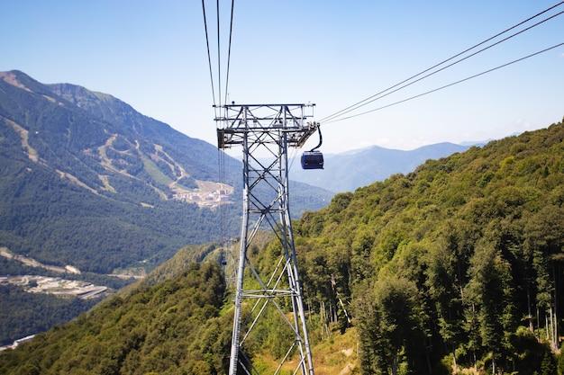 Bergliftcabine verplaatst transport naar de top naar de luchtwolken