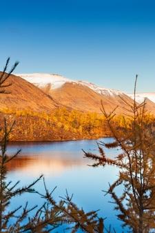 Bergmeer in toendra, diepe herfst in het taimyr-schiereiland in de buurt van norilsk.