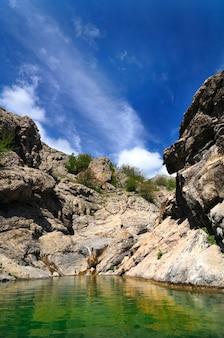 Bergmeer met helder groen water