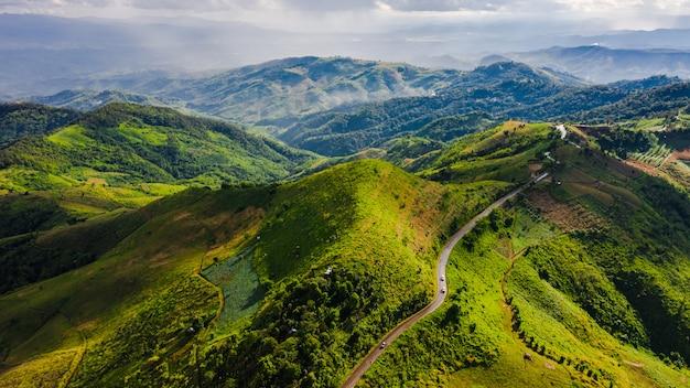 Bergpaden en vallei in het regenseizoen