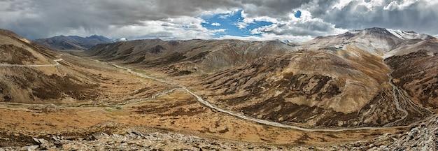 Bergpas in de himalaya langs de leh-manali