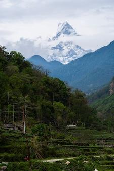 Bergpiek in de avond tegen blauwe hemel met wolken, nepal