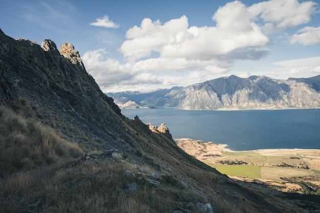 Bergpiek met uitzicht op het meer op een zonnige dag