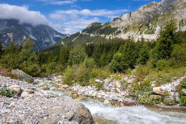 Bergrivier in vanoise national park alpine vallei, savoie, franse alpen